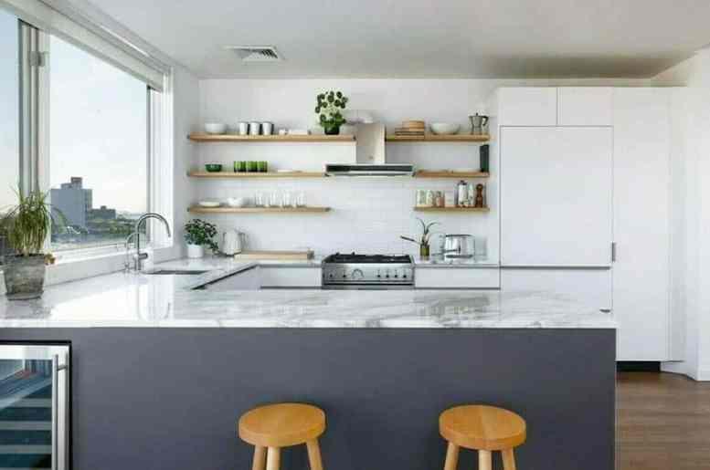 Keuken met open planken decor en schiereiland
