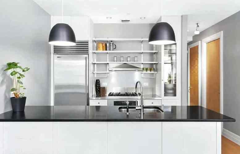 Keuken met open rekken boven kookplaat en roestvrijstalen toonbank en schiereiland van zwart kwarts