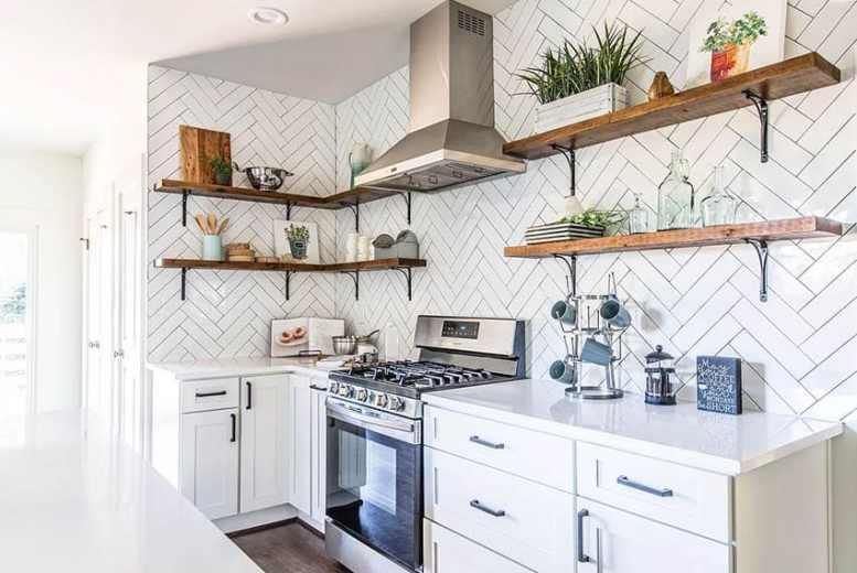 Keuken met witte kasten open planken visgraat tegel backsplash