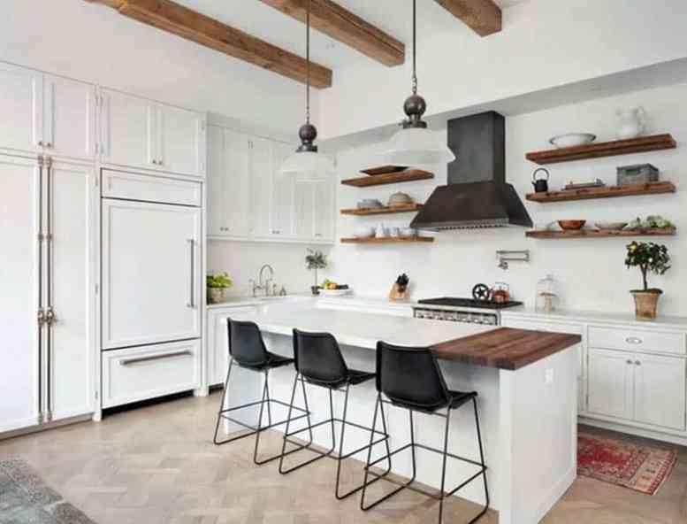 Keuken met houten open planken en witte kasten