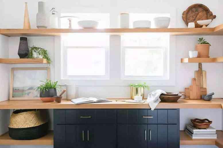 Keuken met houten open planken zwarte onderkasten
