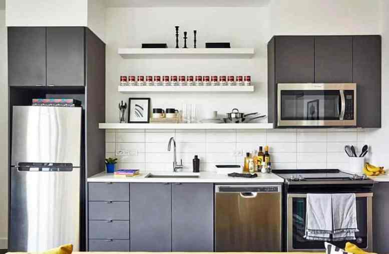 Kleine moderne open planken keuken met zwarte kasten