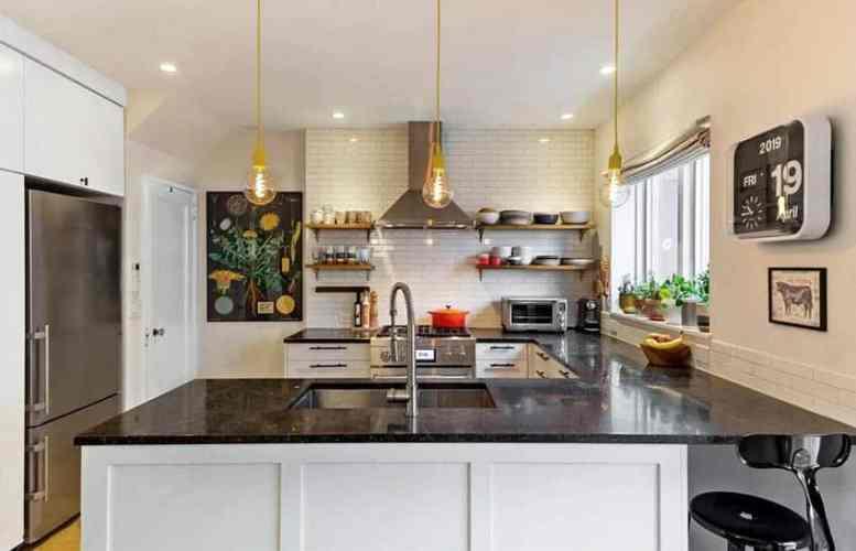 Witte keuken open rekken zwart granieten aanrecht tegel backsplash