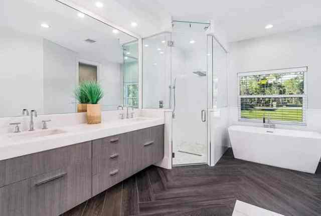 Buhar duşlu çağdaş banyo