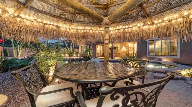 Asılı dize ışıkları ile arka bahçe palapa