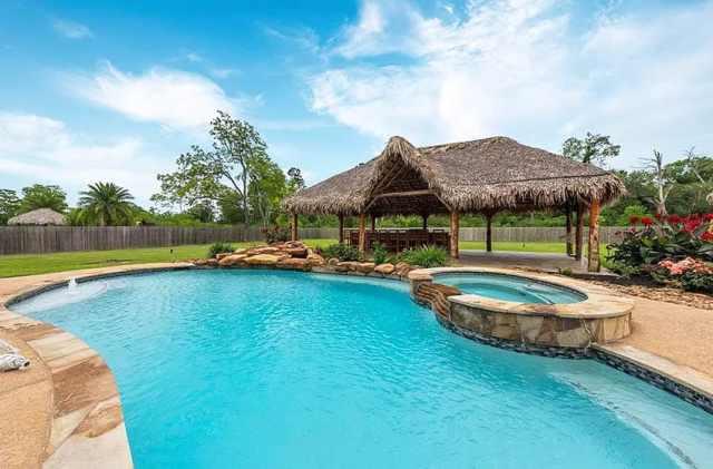 Havuz kenarında büyük arka bahçe palapa