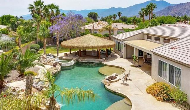 Büyük havuzlu veranda palapa