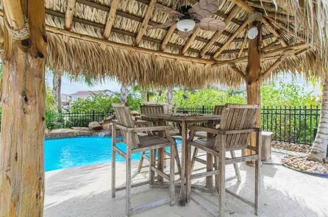 Tavan vantilatörü ile havuz veranda palapa