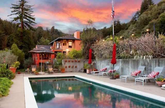 Beton istinat duvarlı arka bahçe yüzme havuzu