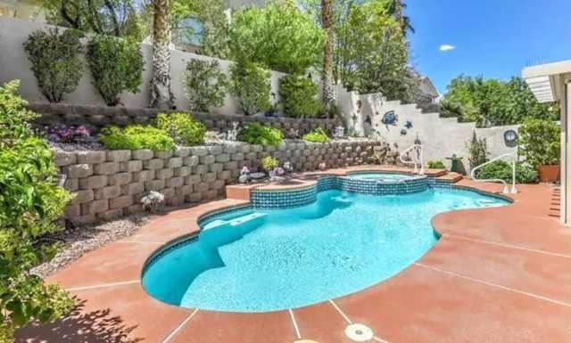 Havuzlu arka bahçe ve katmanlı bahçeli rustik beton blok istinat duvarı