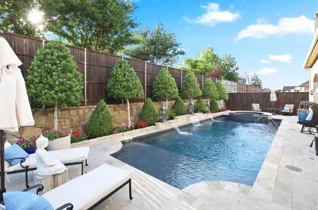 İstinat duvarı ve su özellikli şelaleli yüzme havuzu