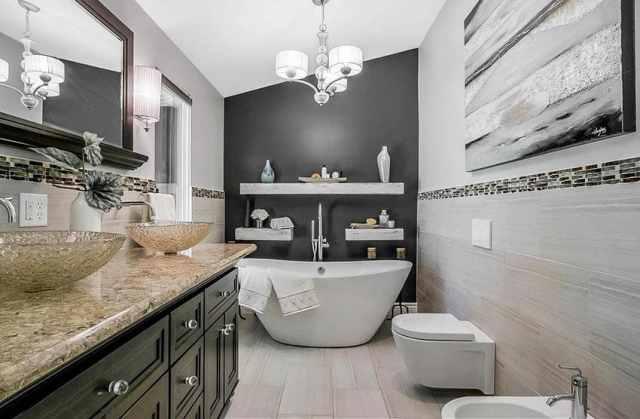 Bide ve ayaklı küvet içeren modern banyo