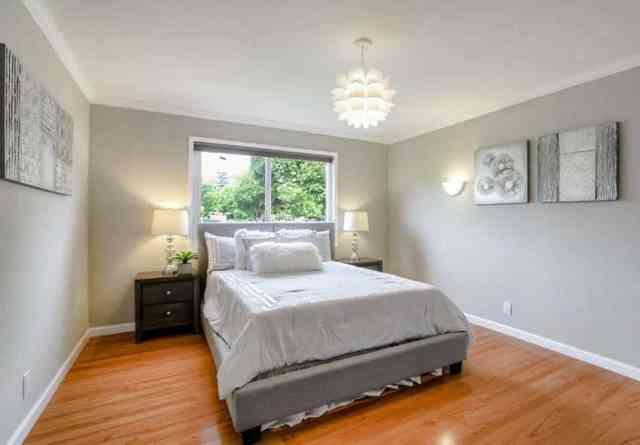 Pencere küre kolye ışık altında yatak ile çağdaş yatak odası