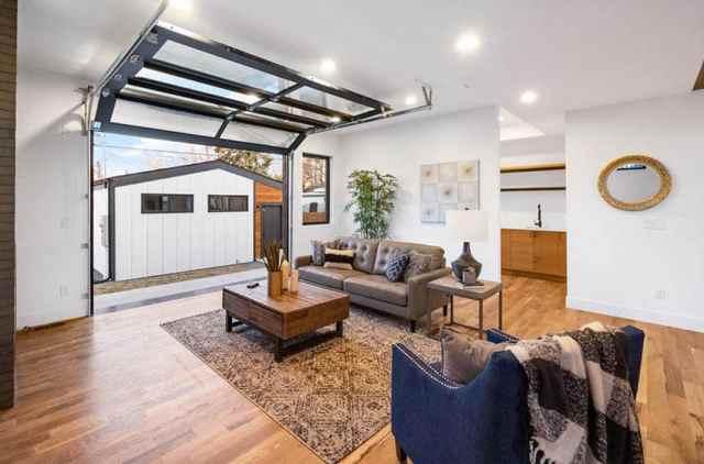 Cam kapılı oturma odasına dönüştürülen garaj