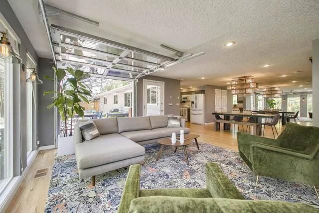 Açık plan tasarımlı oturma odasında garaj kapısı