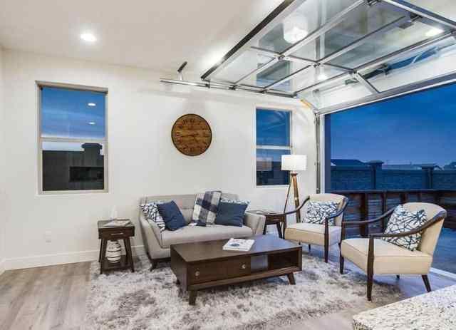 Katlanabilir kapı ve ahşap zeminli garaj oturma odası