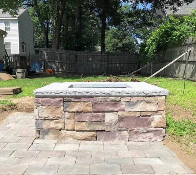 Granit üst ve taş kenarlı ateş çukuru