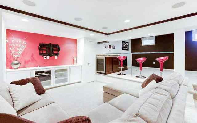 Lounge home bar ve pembe vurgulu duvar ile modern bodrum