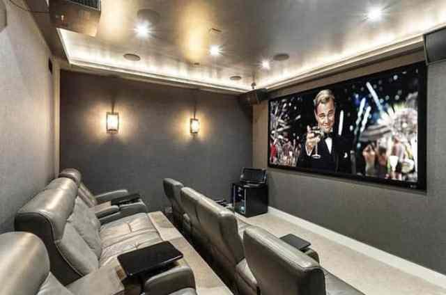 Projektör ekranlı modern sinema odası