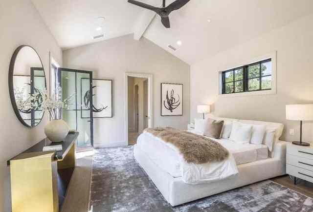 Yüksek tavan geniş alan kilim siyah pencere kapı çerçeveleri beyaz boya ile modern çiftlik evi ana yatak odası