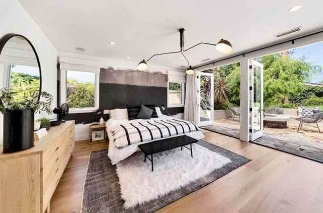 Kapalı dış mekan yaşam sanatı vurgu duvarı için büyük kapılara sahip modern çiftlik evi ana yatak odası