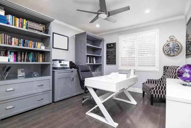 Gri dolaplar ile aşamalı ev ofis beyaz masa ahşap döşeme