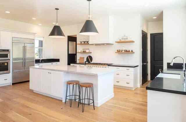 Üst düzey cihazlarla şefler mutfağı büyük ada beyaz dolap
