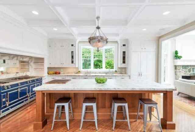 La cornue fırın mermer tezgah ada beyaz dolapları ile şefler mutfağı