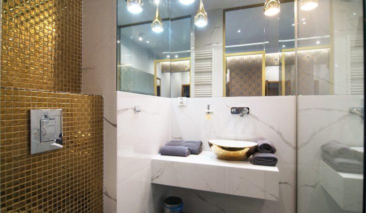 złota mozaika w łazience