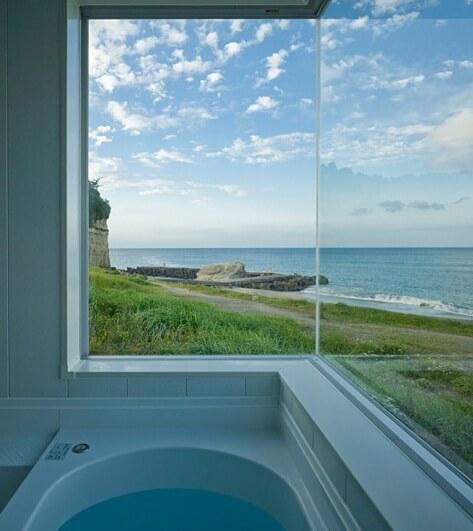 Simple-bathroom-design-with-Pacific-Ocean-views