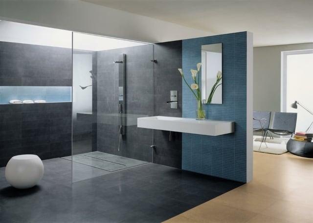idée peinture salle de bain bleue déco fleurs douche