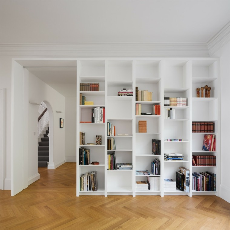 coin lecture avec un meuble bibliotheque blanc et retro