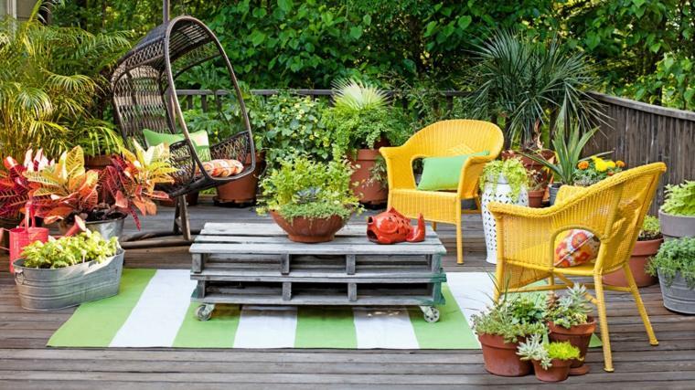 son jardin avec des objets artistiques