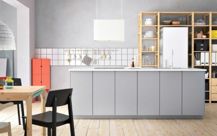 cuisine en gris a travers une galerie