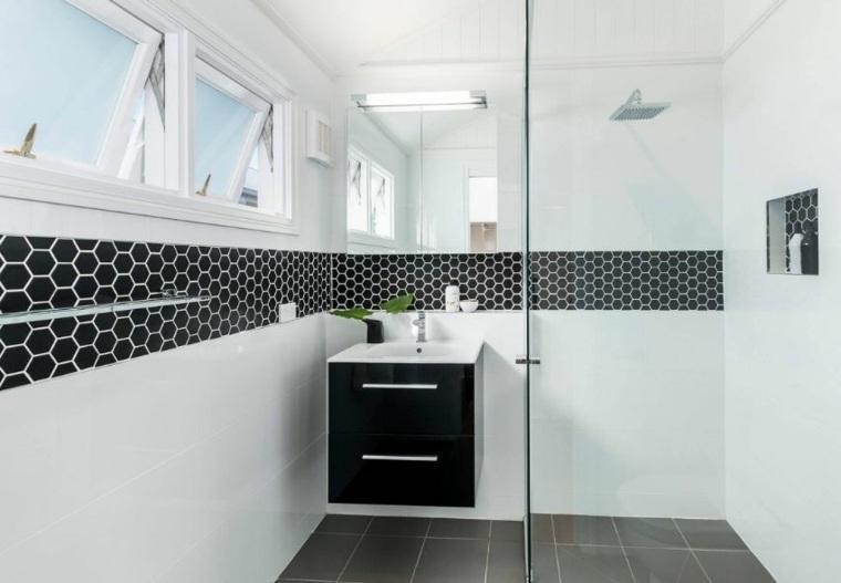 salle de bain noire et blanche en 24
