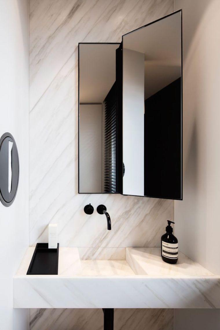 robinet noir et accessoires de couleur