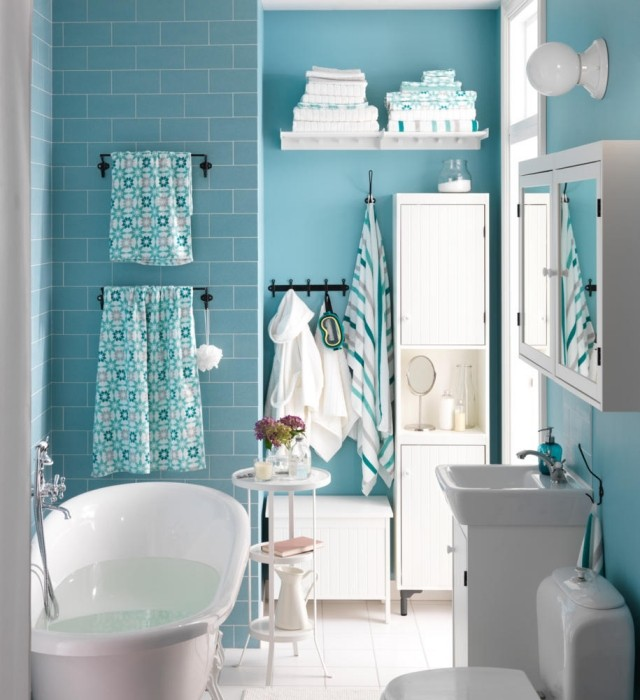 peinture-salle-bains-petite-carrelage-bleu-clair-mobilier-blanc peinture salle de bains