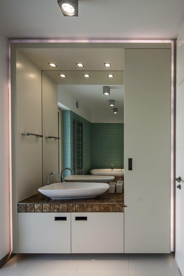 peinture-salle-bains-petite-grand-miroir-meuble-vasque-blanc-éclairage-led-mur-vert