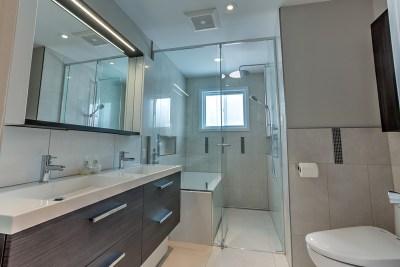 Salle de bain fonctionnelle et familiale 1