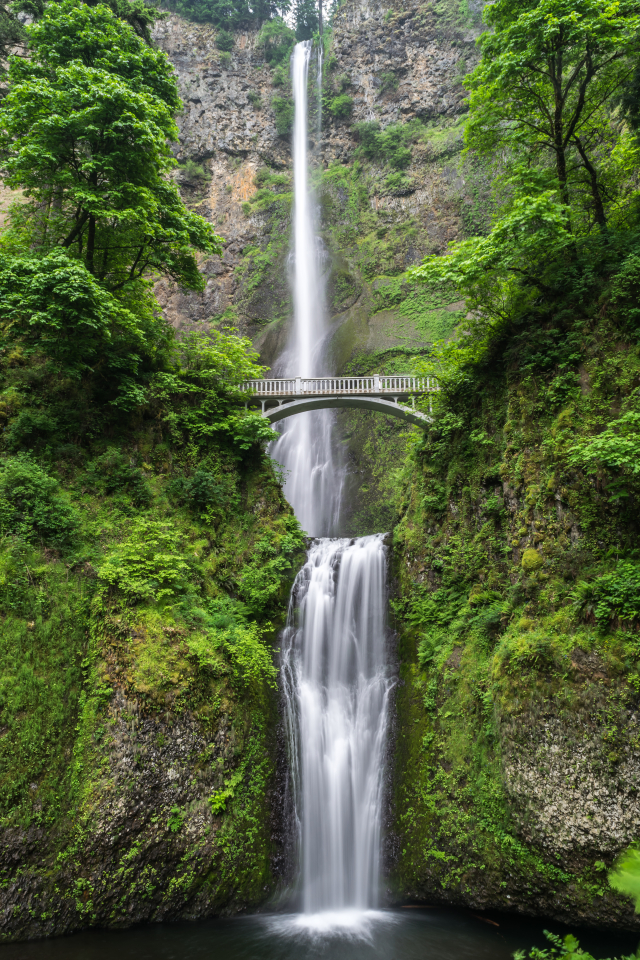 A long exposure photo of Multnomah Falls in Oregon.