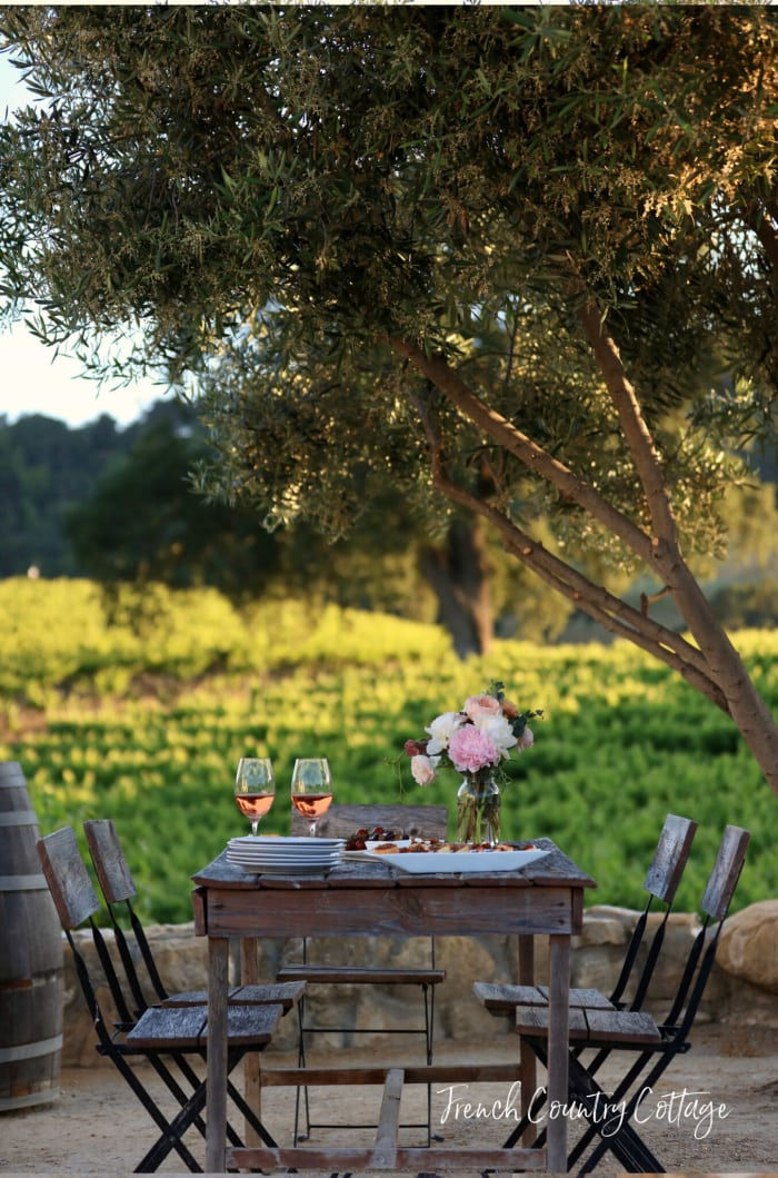 Bistro-table-in-vineyard