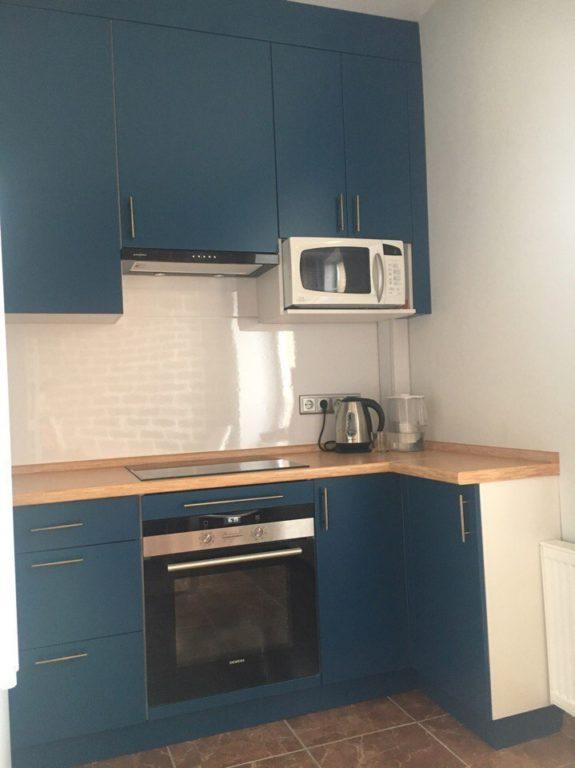 Дизайн маленькой тёмно синей кухни