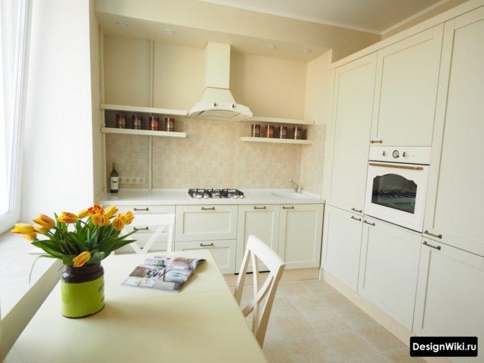 Бежевая маленькая кухня в стиле неоклассика