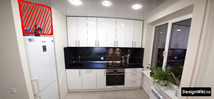 Встроенная мебель в маленькой кухне до потолка