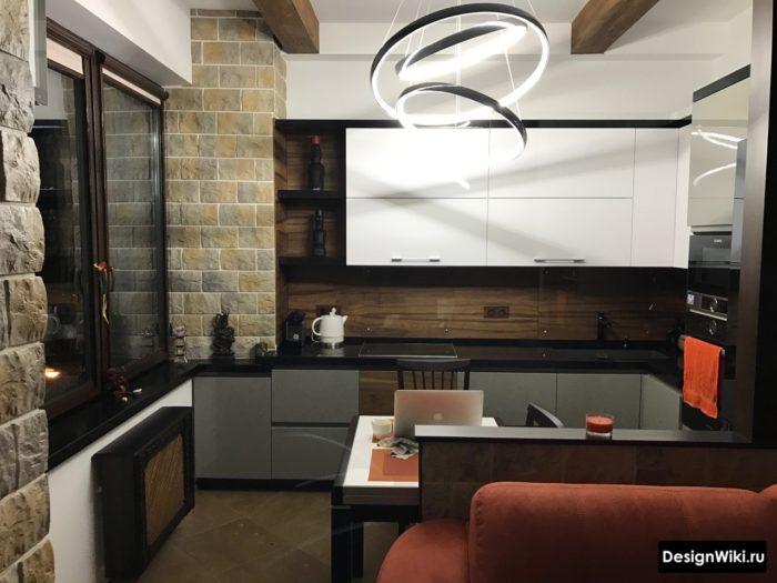 Современный дизайн маленькой кухни с белым верхом и серым низом