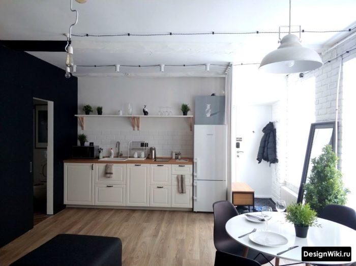 Köksdesign i vit och turkosfärg med golvmönster