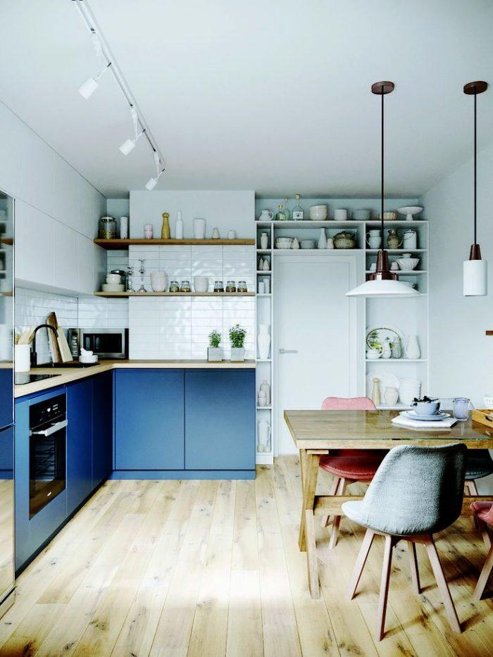 Glansigt blått kök i klassisk stil