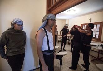 Costaleros en la Iglesia de Santo Domingo fajándose y colocándose el costal, antes del ENSAYO SOLIDARIO.