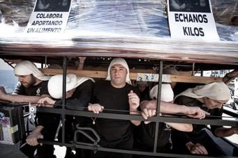 Costaleros durante el ENSAYO SOLIDARIO. Este año llegaron al los 1000 kilos de alimentos.