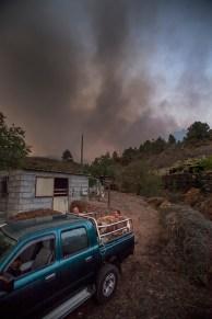 Unos vecinos de Jedey sacan a sus animales del corral, huyendo de las llamas, muy, muy cercanas!